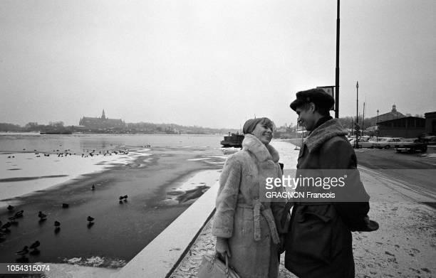 Suède février 1967 L'actrice suédoise Bibi ANDERSSON chez elle avec son mari Kjell GREDE Ici habillés en vêtements d'hiver l'actrice et son mari se...