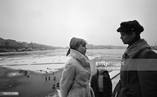 Suède février 1967 L'actrice suédoise Bibi ANDERSSON chez elle avec son mari Kjell GREDE et leur fille Jenny Ici habillés de vêtements d'hiver...