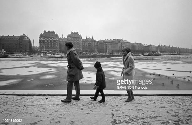 Suède février 1967 L'actrice suédoise Bibi ANDERSSON chez elle avec son mari Kjell GREDE et leur fille Jenny Ici tous les trois marchant en file...