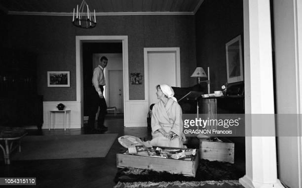 Suède février 1967 L'actrice suédoise Bibi ANDERSSON chez elle avec son mari Kjell GREDE Ici l'actrice agenouillée dans son salon se replongeant dans...