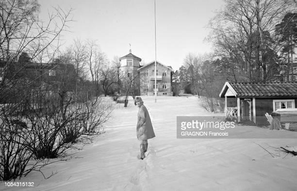 Suède février 1967 L'actrice suédoise Bibi ANDERSSON chez elle Ici l'actrice marchant dans son jardin sous la neige sa demeure à l'arrière plan
