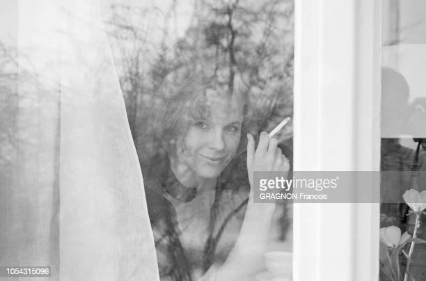 Suède février 1967 L'actrice suédoise Bibi ANDERSSON chez elle Ici l'actrice posant derrière la fenêtre de son salon une cigarette à la main