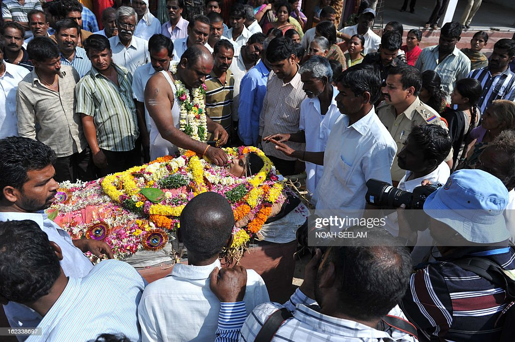 Sudhakar Reddy, (C) brother of the deceased, performs the last rites over the body of Swapna Reddy at a crematorium in Hyderabad on February 22, 2013. Indian police revealed Friday they had been warned of a possible attack by Islamist militants in a bustling shopping area of Hyderabad where twin bombings killed at least 14 people and wounded scores. AFP PHOTO / Noah SEELAM