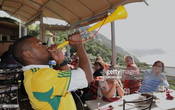 Suedafrika Westkap Western Cape Kapprovinz Kapprovinzen Kapstadt FIFA Fussball WM Sued Afrika 2010 Kellner im Restaurant auf dem Cape Point...