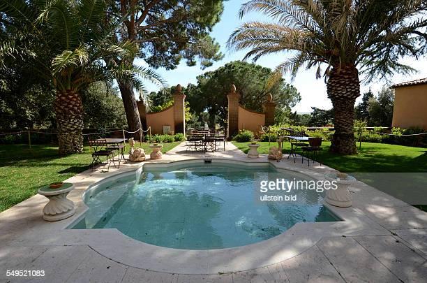 SuedEingang Schirmpinien Palmen Pool Parkanlage Hotel L'Andana Maremma Toskana Italien Fruehling
