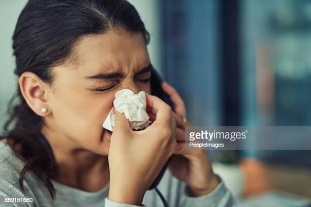 Sufrimiento con estornudos incontrolables