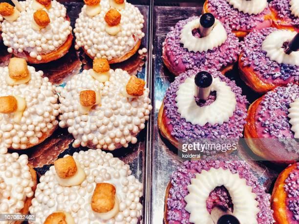 sufganiah - traditional jewish bakery - hanukkah stockfoto's en -beelden