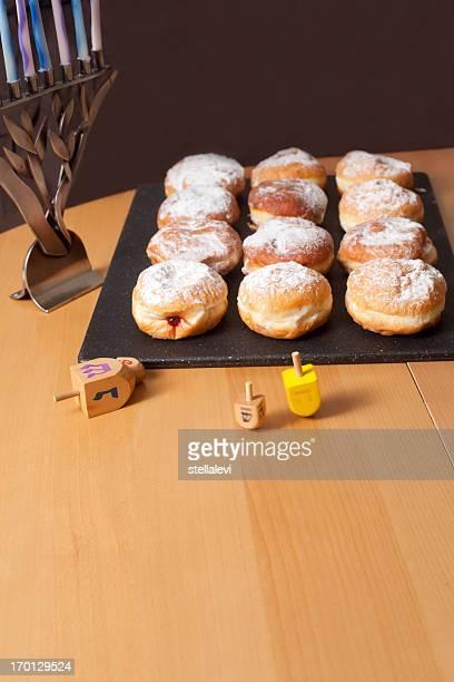 Sufganiyot- Hanoukka Doughnuts et dreidels