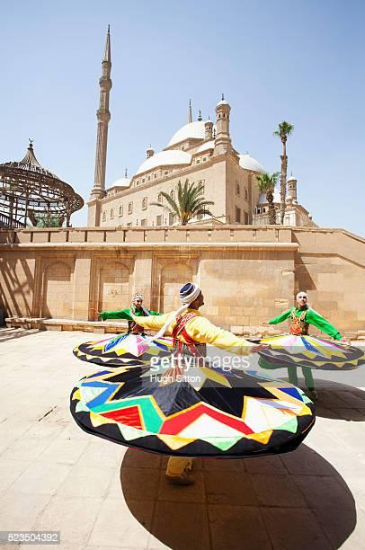 sufi dancers (twirling dervishes) cairo, egypt - hugh sitton photos et images de collection