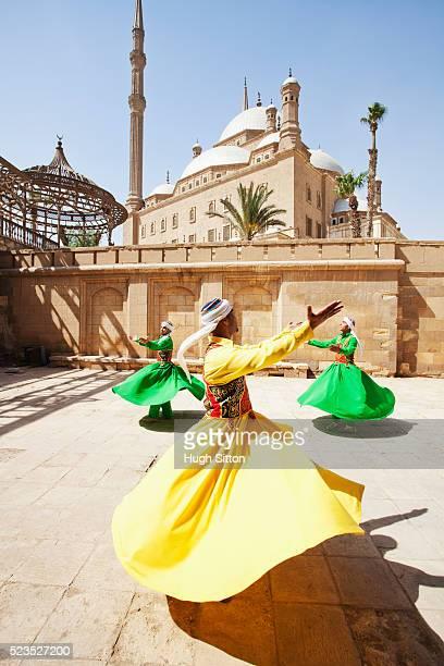 sufi dancers (twirling dervishes) cairo, egypt - hugh sitton - fotografias e filmes do acervo