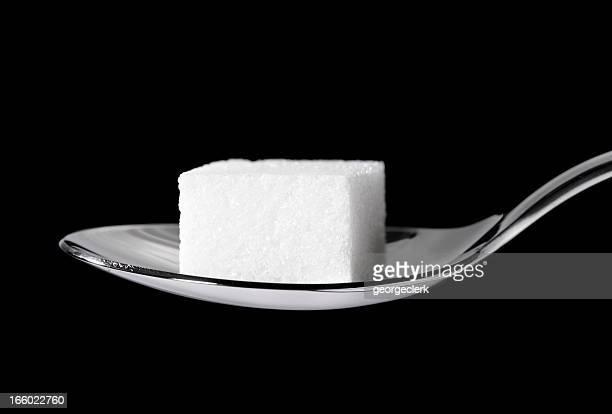 Morceau de sucre sur une cuillère à café