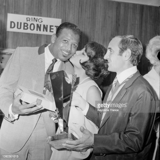 Sugar Ray Robinson Dany Carrel et Charles Aznavour lors de la remise de l''Oscar spécial' au boxeur à NeuillysurSeine France le 24 septembre 1964