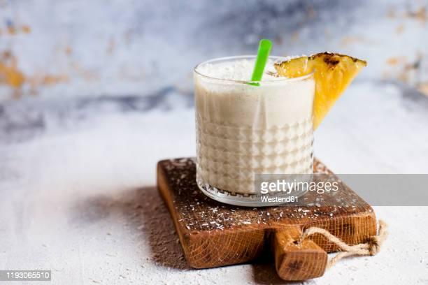 sugarfree pineapple coconut smoothie - トロピカルフルーツ ストックフォトと画像