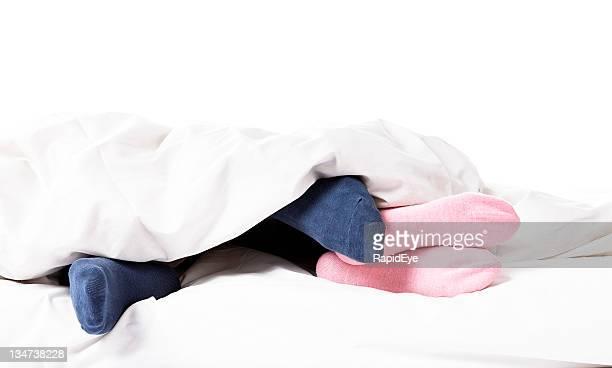 suggestivo spostare - abbracciarsi a letto foto e immagini stock