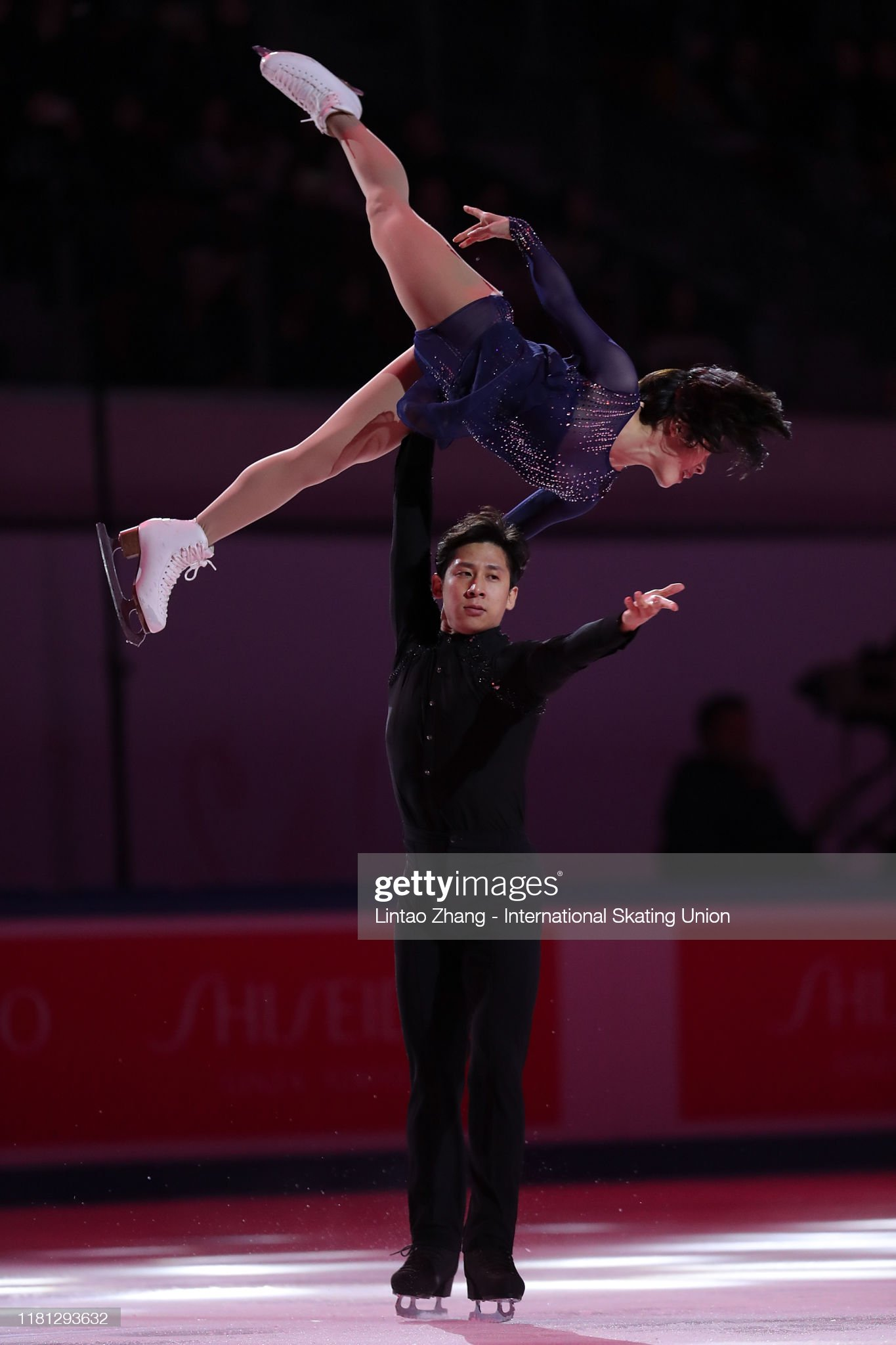 GP - 4 этап. Cup of China Chongqing / CHN November 8-10, 2019 - Страница 12 Sui-wenjing-and-han-cong-of-china-performs-in-the-gala-exhibition-picture-id1181293632?s=2048x2048