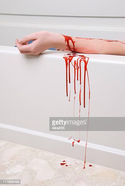 suicidio concepto: sangrado el brazo de una mujer en la bañera - sangre humana fotografías e imágenes de stock