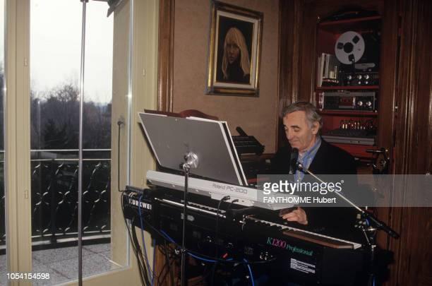 Suisse Novembre 1992 Charles AZNAVOUR avec son épouse Ulla et leur fils Nicolaï dans leur maison en Suisse Ici le chanteur jouant du piano sur un...