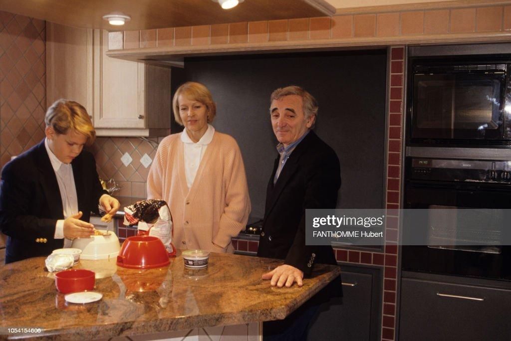 suisse novembre 1992 le chanteur charles aznavour avec son nyhetsfoto getty images. Black Bedroom Furniture Sets. Home Design Ideas