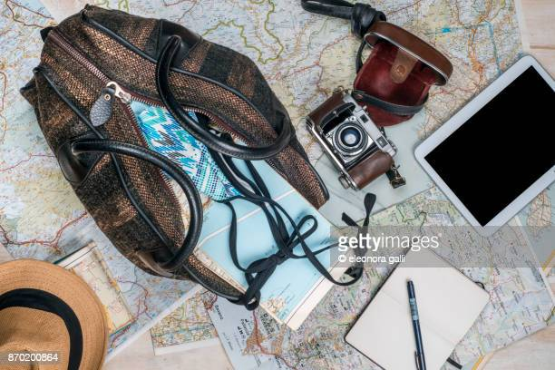 suitecase for a trip - ausrüstung und geräte stock-fotos und bilder