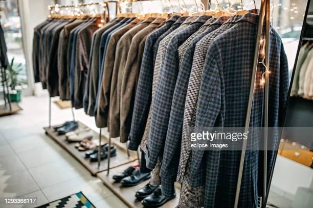 tute su rack - abbigliamento da uomo foto e immagini stock