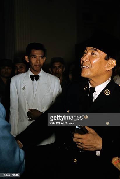 Sukarno President Of Indonesia A Djakarta devant un homme en veste blanche le président SOEKARNO souriant portant un uniforme et une toque un étui à...
