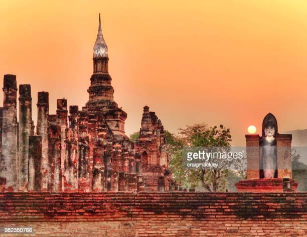 sukhothai at sunset - sukhothai stockfoto's en -beelden