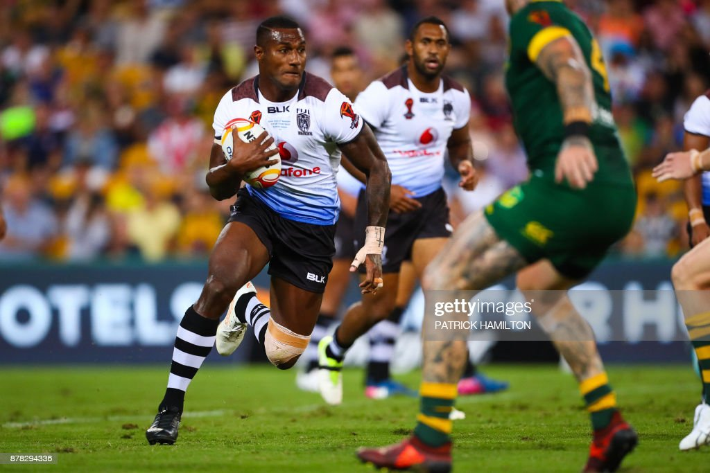 Suliasi Vunivalu (L) of Fiji runs at the Australian defence during the Rugby League World Cup men's semi-final match between Australia and Fiji at the Suncorp Stadium in Brisbane on November 24, 2017. / AFP PHOTO / Patrick HAMILTON / --IMAGE