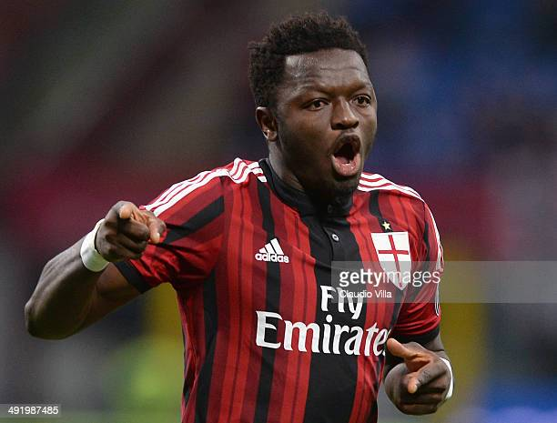 Sulley Muntari of AC Milan celebrates scoring the first goal during the Serie A match between AC Milan and US Sassuolo Calcio at San Siro Stadium on...