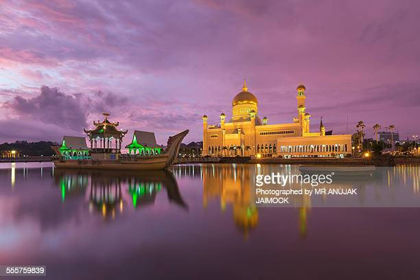 sultan omar ali saifuddien mosque at brunei - brunei stock pictures, royalty-free photos & images