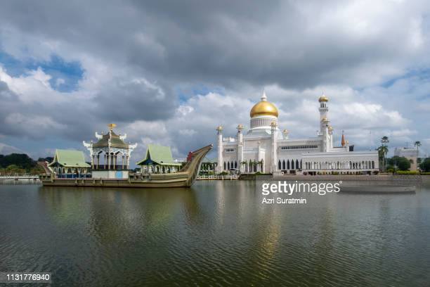 sultan omar ali saifuddien mosque in brunei during cloudy day. considered as one of the most beautiful mosques in the asia pacific. - bandar seri begawan stock photos and pictures