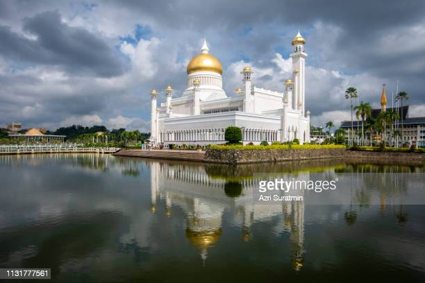 sultan omar ali saifuddien mosque in brunei during cloudy day. considered as one of the most beautiful mosques in the asia pacific. - floating mosque stock pictures, royalty-free photos & images