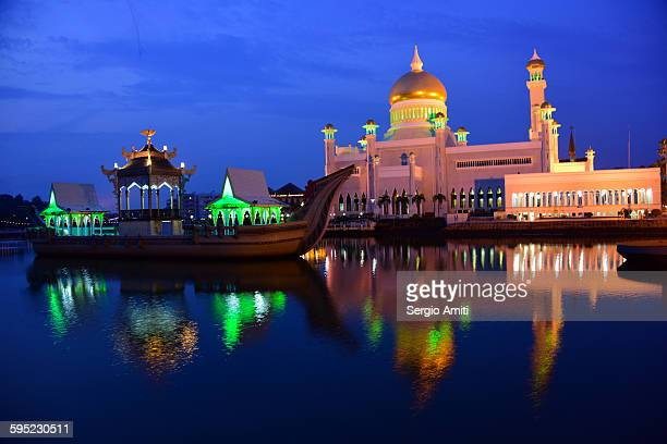 Sultan Omar Ali Saifuddin Mosque at dusk