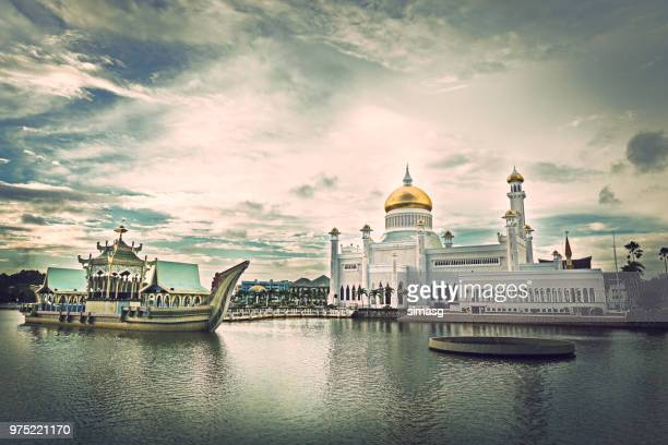 sultan omar ali saifuddin mosque, bandar seri begawan, brunei - bandar seri begawan stock photos and pictures