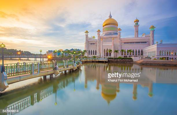 sultan omar ali saifuddin mosque, brunei darussalam - bandar seri begawan stock photos and pictures