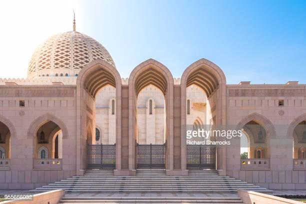 sultan qaboos grand mosque, muscat, oman - hauptstadt stock-fotos und bilder