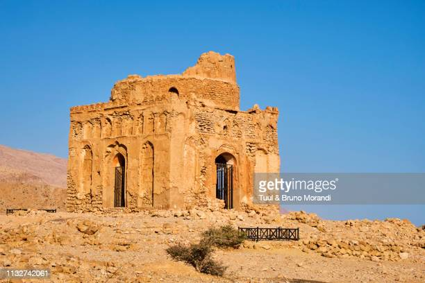 sultanat of oman, ancient city of qalhat, tomb of bibi maryam - image stock pictures, royalty-free photos & images