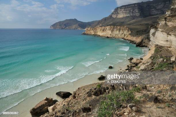 sultanate of oman, dhofar, limestone cliffs dropping into the turquoise blue indian ocean at fizayah west of salalah - oman fotografías e imágenes de stock