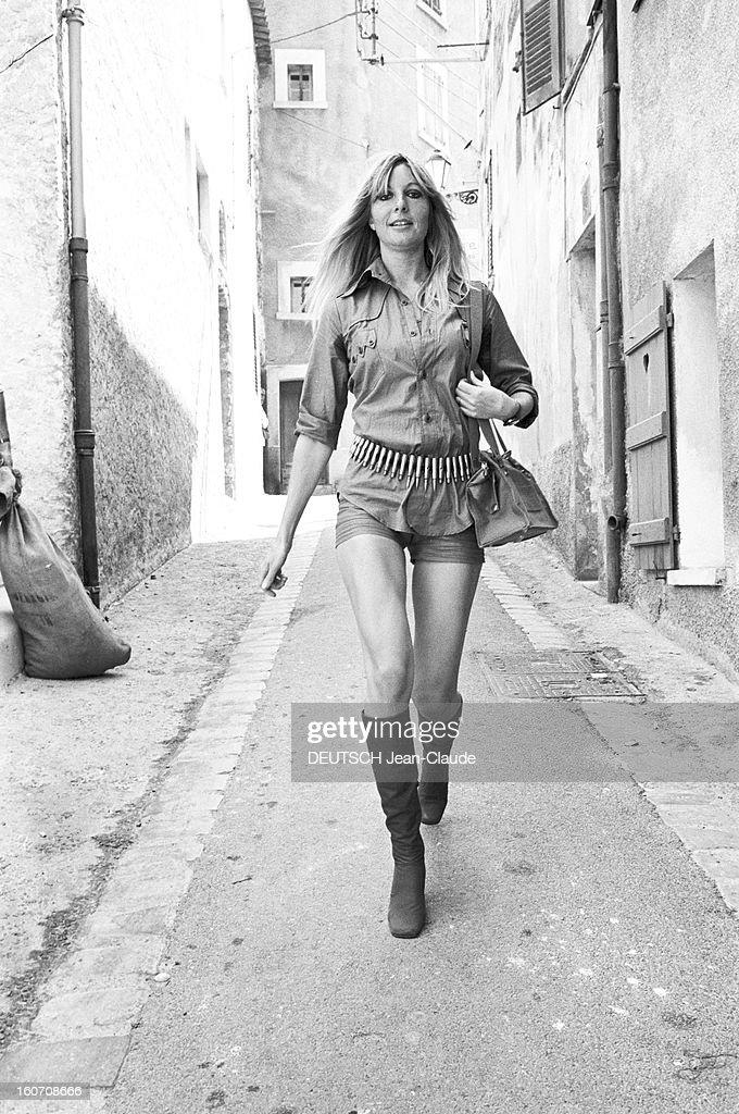 Summer 1971 Fashion In Saint-tropez : Photo d'actualité