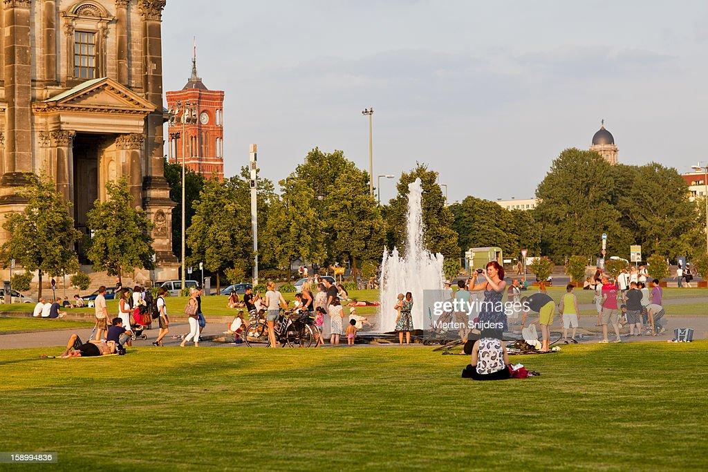 Summer afternoon crowd at Lustgarten : Stockfoto