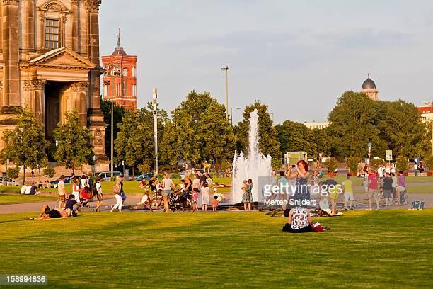 summer afternoon crowd at lustgarten - merten snijders photos et images de collection