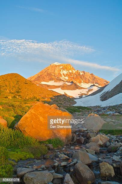 summer alpenglow on mt. hood, oregon, usa - dan sherwood photography stock pictures, royalty-free photos & images