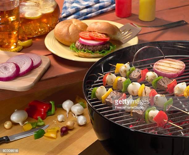 Sommer Garten-Barbecue mit Hamburgern & kabobs