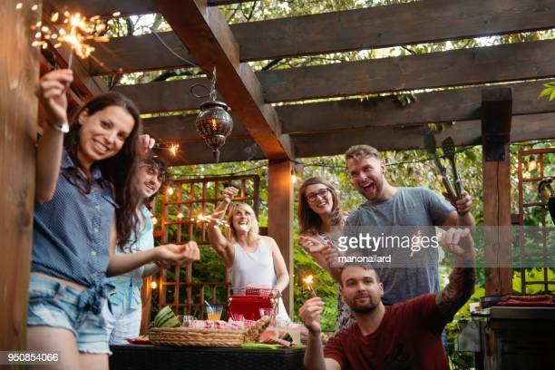 barbecue d'été avec des amis du millénaire ou génération y - pergola photos et images de collection