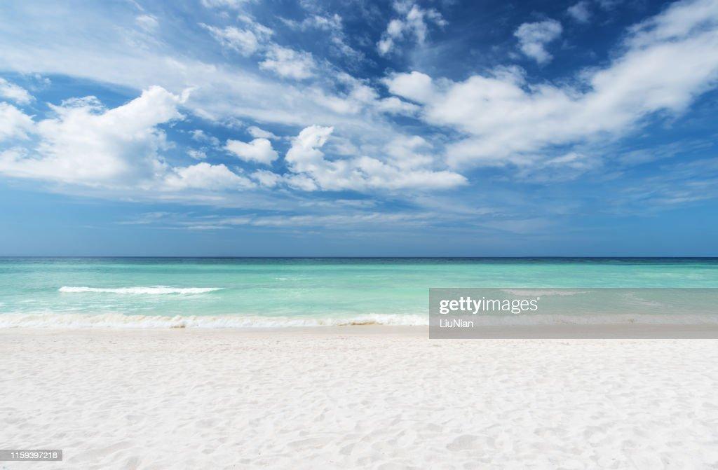 Spiaggia estiva e mare con sfondo cielo limpido : Foto stock