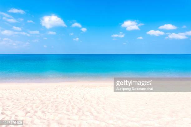summer beach background. sand and sea and blue sky - riva dell'acqua foto e immagini stock