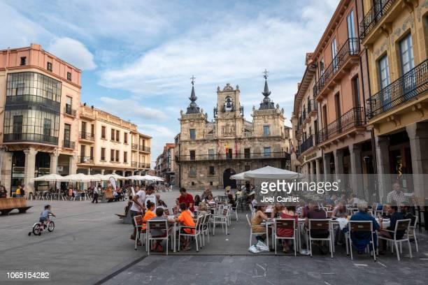 sommer-café-szene in astorga, spanien - provinz leon stock-fotos und bilder