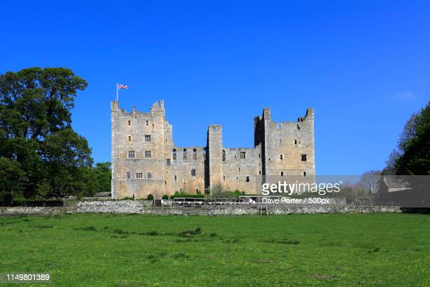 summer; castle bolton; wensleydale; yorkshire dales national par - unesco stockfoto's en -beelden