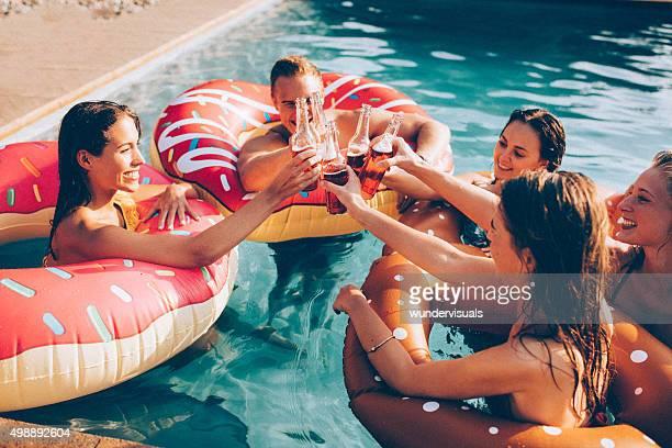 Sommer celebration mit einigen Freunden und farbenfrohe drinks im pool