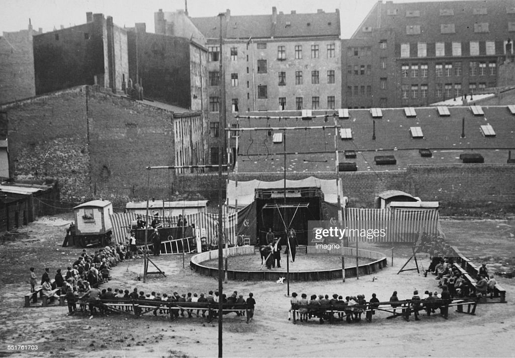 Outdoor Circus In The Suburbs Of Berlin : Nachrichtenfoto