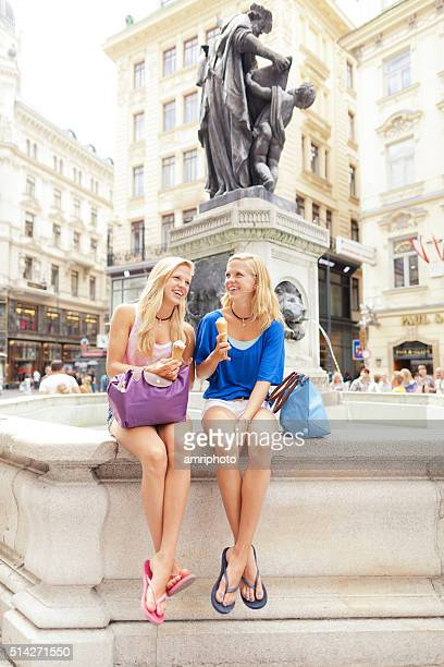 verão cidade de mulheres jovens - viena áustria - fotografias e filmes do acervo